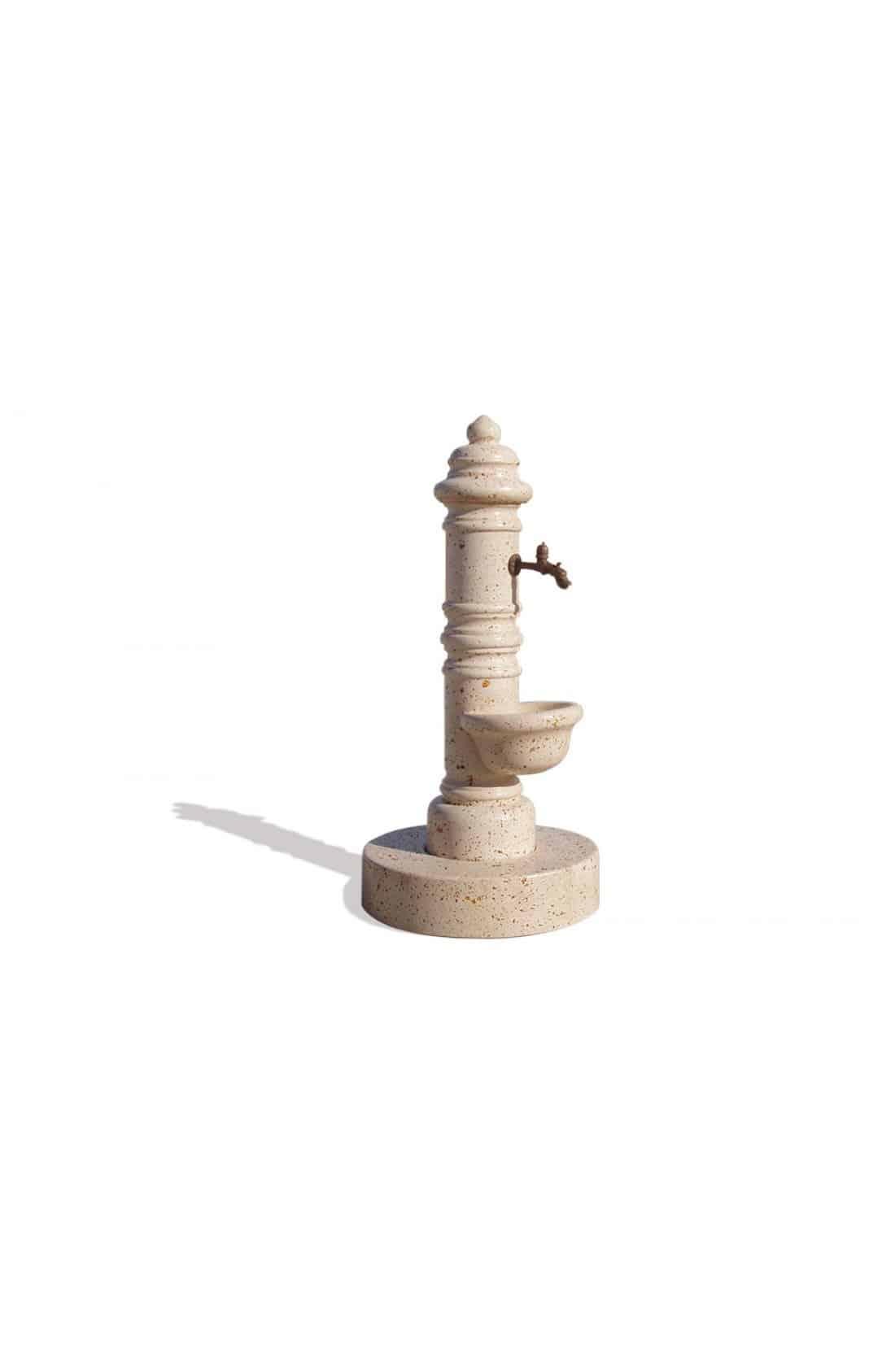 Trinkbrunnen mit Auffangschale auf halber Höhe